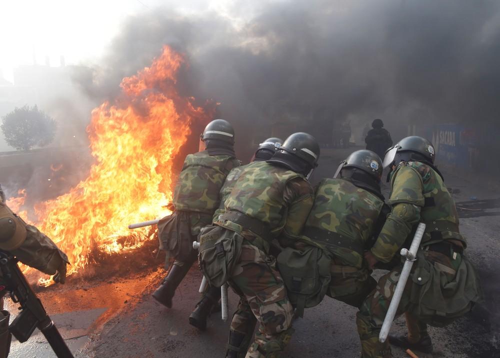 Polícia tenta destruir barricada em Sacaba, perto de Cochabamba, na Bolívia, na sexta (15) — Foto: Danilo Balderrama/Reuters