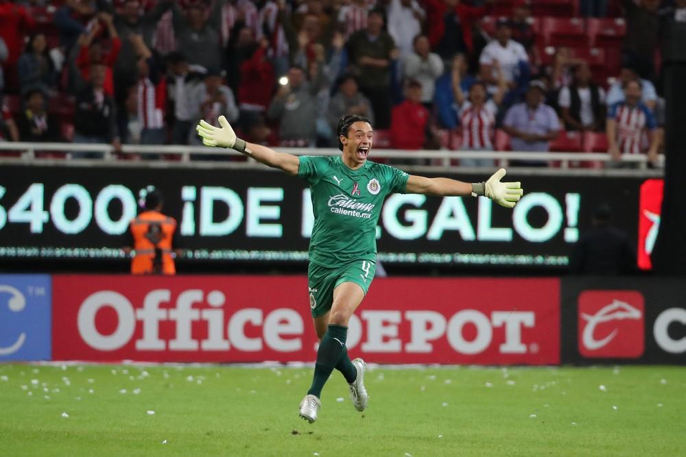 Goleiro do Chivas comemora gol marcado da própria área contra o Veracruz — Foto: Reprodução