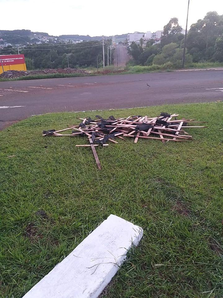 Cruzes que foram arrancadas e amontoadas no trevo de acesso a Cedro/Foto:Divulgação Internet
