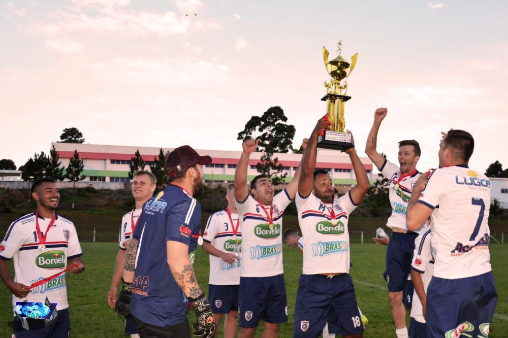 Equipe de torcedores da Chape erguendo o troféu de campeão/Foto: Marcos Prudente