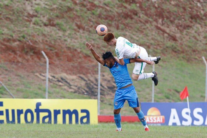 Vitor (branco) em uma ação defensiva no confronto contra o Real/Foto: Divulgação Pessoal