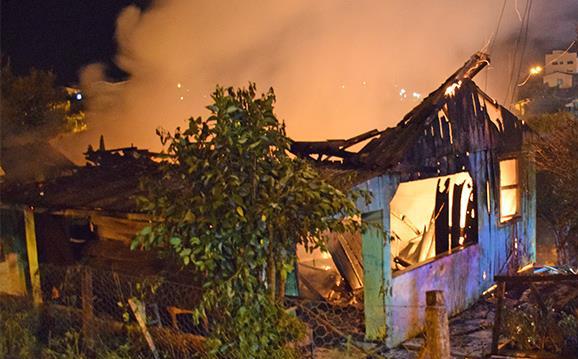 Casa que pegou fogo no Bairro Três Fronteiras/Foto:Portal Tri