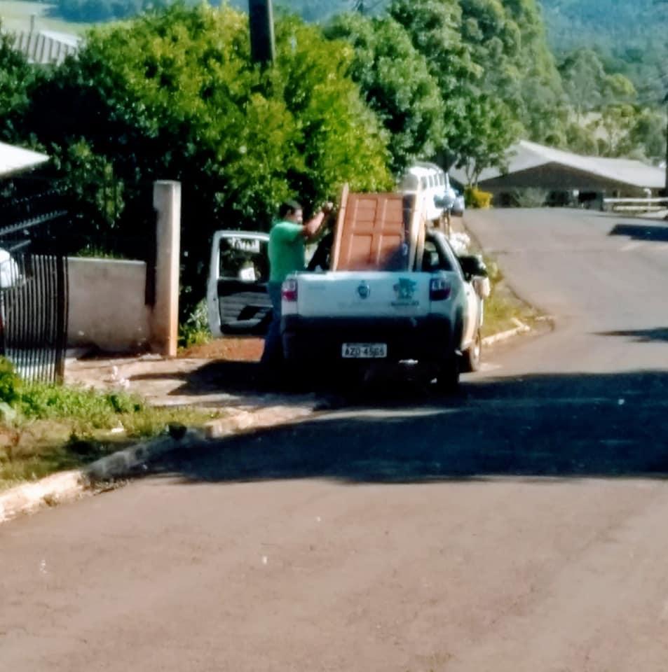 Barracão - Utilitário da prefeitura é flagrado transportando porta de funcionário público