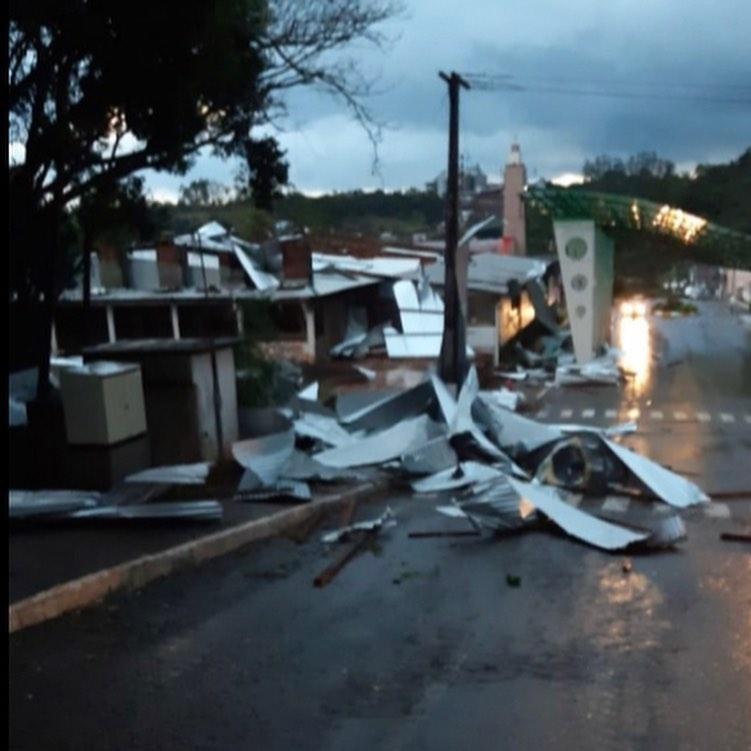 Oeste - Tornado pode ter passado por Descanso e Belmonte na tarde de hoje (10)