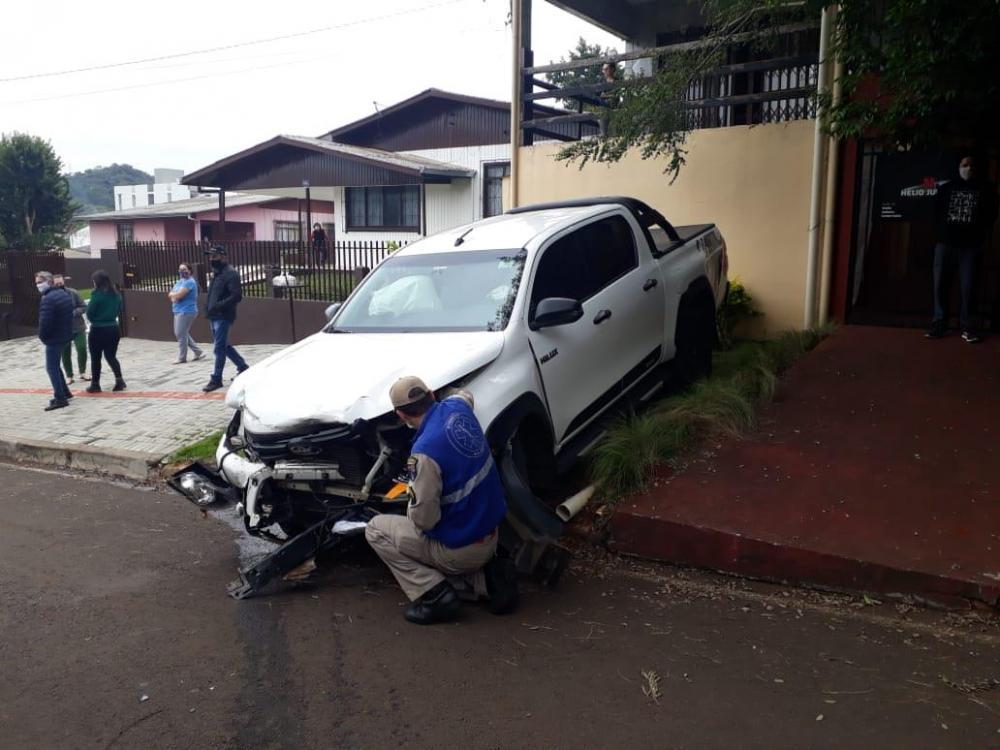 Beltrão - Motorista de caminhoneta roubada se envolve em colisões, em perseguição policial