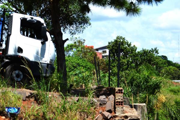Veja o vídeo; Caminhão sem motorista invade estacionamento de churrascaria, em Barracão